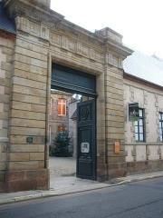 Hôtel de Mora, actuellement musée de l'illustration jeunesse - English: Hôtel de Mora Main gate Moulins