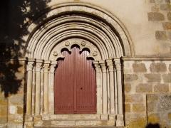 Eglise Saint-Bonnet -  Portail de l'église de Saint-Bonnet-de-Four dans l'Allier (France)