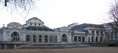 Théâtre et grand Casino - Vue d'ensemble du Palais des Congrès - Opéra de Vichy. Dates de construction: -1863-1865 pour la partie gauche qui fut occupée par les salles de jeux et les salons du Casino de 1901 à 1995, -1901 pour la partie droite toujours occupée depuis par le théâtre-opéra qui peut accueillir quelque 1300 spectateurs.