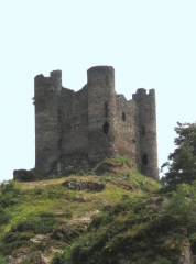Restes du château fort - Français:   Chateau d\'Alleuze (Cantal); Photographie personnelle (réalisée par moi-même) mise dans le domaine public.