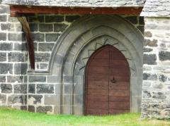 Eglise Saint-Illide - Français:   Le portail de l\'église Saint-Illide, Alleuze, Cantal, France.