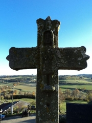 Eglise Saint-Cirgues -  Croix devant l\'église Saint-Cirgues d\'Andelat (détail)