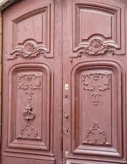 Immeuble situé au fond de l'impasse Vermenouze - Français:   Détail du portail, 5 impasse Vermenouze, Aurillac, Cantal, France.