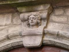 Immeuble situé au fond de l'impasse Vermenouze - Français:   Tête sculptée au-dessus du portail, 5 impasse Vermenouze, Aurillac, Cantal, France.