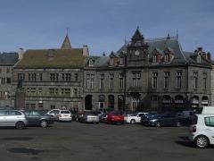 Maison consulaire - La place d'armes: Le musée Douët et l'ancien Hôtel de ville, aujourd'hui Caisse d'Épargne.