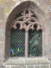 Gendarmerie dite Maison du Président (ancien Hôtel-Dieu) - English:  Gothic window of the Gendarmerie: A window mullion whose tympanum is decorated with curves and cons-curves.