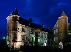 Maison de Flogeac - Français:   La Maison de Flogeac (à gauche) et la Maison de la Ronade (à droite) à Salers.