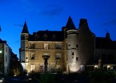 Maison Sevestre ou du Notaire (ancien bailliage) - Français:   Le Bailliage de Salers vu de nuit.