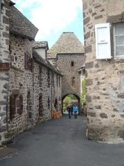 Porte Martille - Français:   La porte de la Martille, face occidentale de l\'ancienne fortification de Salers