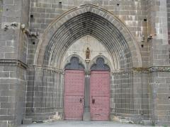 Eglise Notre-Dame-de-la-Nativité - Français:   Le portail de l\'église, Villedieu, Cantal, France.