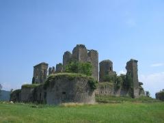 Château (ruines) -  Chateau de Lagarde (Ariège). Photo de Arno Lagrange. GFDL.  19 juin 2005