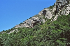 Grotte de la Calbière dite Grotte de Niaux - Deutsch: Blick von der Straße (D56) zum Eingangsbereich der Grotte von Niaux