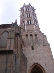 Cathédrale Saint-Antonin - La vue en contre-plongée de la cathédrale Saint-Antonin de Pamiers.