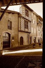 Maison à pans de bois du 16e siècle, dite maison Loubières - English: Saint-Lizier (Ariège, Midi-Pyrénées, France) - La place de l'Église et la maison Loubières vues depuis le porche de la cathédrale.