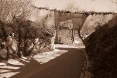 Murailles gallo-romaines - Français:   Saint-Lizier (Ariège, Midi-Pyrénées, France): L\'ouverture percée dans le rempart en 1973 afin de permettre la venue des engins lors de la démolition de bâtiments de l\'hôpital; on découvrit à cette occasion une stèle antique aujourd\'hui exposée dans le musée.