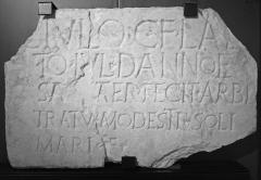 Murailles gallo-romaines - Français:   Saint-Lizier (Ariège, France): Plaque de marbre portant une épitaphe, d\'époque romaine, découverte dans le rempart de l\'oppidum lors de son percement en 1973.  Musée départemental de l\'Ariège, Inv. 2009.2.1.1. AE 1974, 424 = AE 1996, 1044: Iulio C(ai) f(ilio) Lae/to Iul(ia) Dannoe/sa mater fecit arbi/tratu Modesti / Soli/mari f(ilii?)