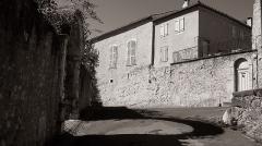 Murailles gallo-romaines - Français:   Saint-Lizier (Ariège, Midi-Pyrénées, France): La Petite Place des Hommes vue depuis la rue de l\'Horloge. Sur la gauche, l\'entrée de l\'ancien presbytère.