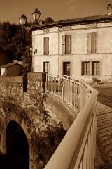 Pont - Français:   Saint-Lizier (Ariège, Midi-Pyrénées, France) - L\'avenue du Capitaine Raoul de Saint-Blanquat vue depuis le pont sur le Salat.