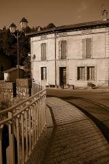 Pont - English:   Saint-Lizier (Ariège, Midi-Pyrénées, France) - L\'avenue du Capitaine Raoul de Saint-Blanquat vue depuis le pont sur le Salat.
