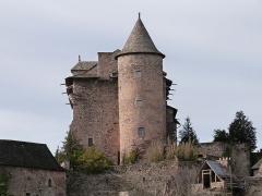 Vestiges du château de Panat et ruines de l'église - Français:   Tour accolée à la façade est du château de Panat