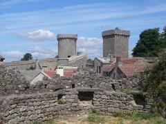 Donjon et les restes du château - Français:   Les 2 tours de la Couvertoirade (Aveyron)