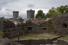 Donjon et les restes du château -  The barbican, resting on a steep rock, protected the access to the castle and also to the church and the cemetery.