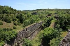 Donjon et les restes du château - Français:   Remparts de la Couvertoirade en Aveyron (France)
