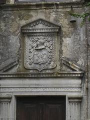 Maison adossée au front Nord des remparts - Français:   Armoiries sur le fronton de la porte de la Maison des Grailhe de La Couvertoirade