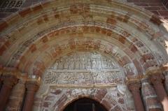 Chapelle de Perse - Extérieur de l'église Saint-Hilarian-Sainte-Foy de Perse à Espalion (12). Tympan du portail roman.