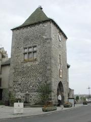 Vieille tour servant de porte de ville - Français:   Photographie de la Tour de Monaco au Mur-de-Barrez (tour-porche de l\'enceinte médiévale XVème s.)