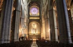 Cathédrale Notre-Dame - nef avec vu sur l'autel et la rosace