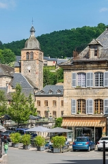Eglise paroissiale - English: View of the bell tower of the church from Place du Marché in Saint-Geniez-d'Olt, Aveyron, France