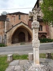 Eglise Saint-Austremoine - Croix de pierre élevée devant l'église de Saint-Austremoine
