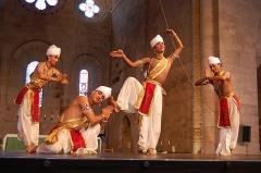 Ancienne abbaye - English: Danses traditionnelles indiennes par la compagnie Majuli dans l'abbatiale de Sylvanès, 2008