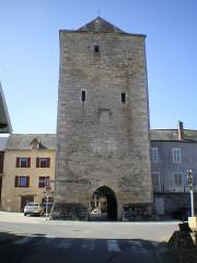 Porte de ville carrée - Français:   Villeneuve, Aveyron, France