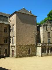 Château - Français:   2lément rapporté au XVIIème siècle, tour escalier de 8m x 5m