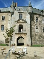 Château - Français:   porche et façade sud constituant l\'ancien donjon poterne