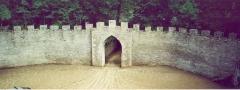 Château - Français:   Mur crénelé et entrée principale du château