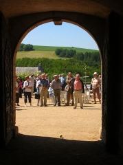 Château - Français:   Porche et passage voûté du XIVème siècle