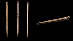 Grotte dite de l'Eléphant - English: Flat bone sewing needle  - Views of the same object Locality: Gourdan cave says