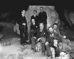 Grotte - English:  Entrance to the cave Marsoulas, campaign of excavations in 1931. Henri Begouen center, his left holding the