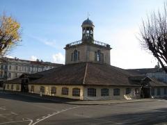 Halle, actuellement office du tourisme - Français:   Vue d\'ensemble de la halle du beffroi de Revel.