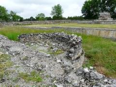 Ruines antiques - Les vestiges du temple de Lugdunum Convenarum, Saint-Bertrand-de-Comminges, Haute-Garonne, France. Au second plan, les ruines des thermes du forum.