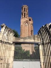 Ruines de l'église des Cordeliers - Français:   Les vestiges du Couvent des Cordeliers de Toulouse, avec l\'entrée de l\'église devant, et la tour derrière.