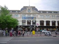 Gare de Toulouse-Matabiau -  Le bâtiment voyageurs actuel est construit entre 1903 et 1905. Le nom du quartier Matabiau vient de l'ancien marché au bœuf (Matabiau = tuer le bœuf).