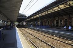 Gare de Toulouse-Matabiau - Deutsch: Bahnsteighalle, nur die beiden Gleise 1 und 2 liegen auf größerer Länge unter dem Hallendach.