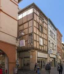 Hôtel d'Arnaud de Brucelles - English:  The Boscredon House on the corner of the Rue des Changes and Malcousinat Street in Toulouse. House built in the fifteenth century in corundations, Gothic style its main facade is rue des Changes (no 17).