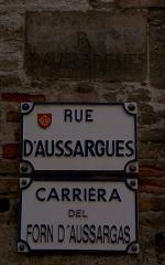 Hôtel Courtois de Viçoze dit aussi hôtel d'Espie - Français:   Plaques de la rue d\'Aussargues ancienne en pierre (XVIIIe siècle) et récentes (français et occitan - début du XXIe siècle)