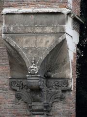 Ancienne porte du Capitole réédifiée dans le jardin des Plantes de Toulouse - Français:   Détail de l\'ancienne porte du Capitole, Toulouse