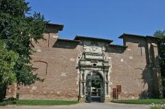 Ancienne porte du Capitole réédifiée dans le jardin des Plantes de Toulouse - English: An entranceway into Jardin des Plantes, Toulouse, in the south of en:France.